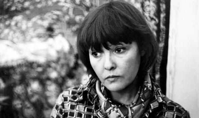 В те же годы существенные изменения происходили и в личной жизни Шукшина. В 1963 году многие судачили о его романе с известной поэтессой Беллой Ахмадулиной, которую он даже снял в своей первой картине). Однако через несколько месяцев их роман благополучно завершился.