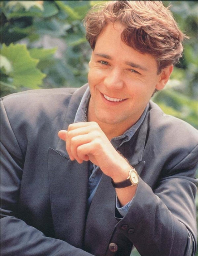 Так как еще с детства он играл на телевидении, Кроу начал сниматься в сериалах и местных фильмах. На актера постепенно обратили внимание голливудские режиссеры и начали приглашать сниматься в Америке.