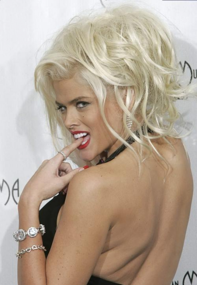 Анна Николь Смит. 8 февраля 2007 года модель и актриса умерла в своем доме на Багамских островах. Согласно официальной версии, смерть наступила в результате передозировки лекарственными препаратами, смешанными с антидепрессантами, которыми бывшая модель журнала Playboy злоупотребляла в последние годы жизни.