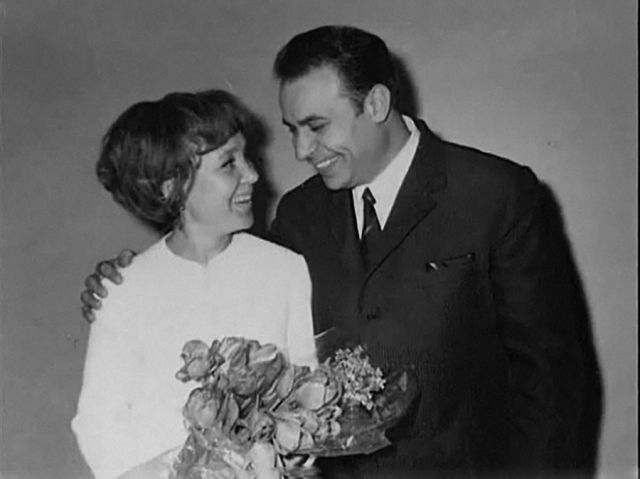 Надежда Румянцева и Вилли Хштоян познакомились на дне рождения одного общего приятеля, долго встречались и даже жили вместе без штампа в паспорте, а поженились, когда дипломату потребовалось выехать за границу.