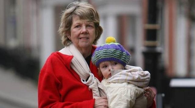Даун Брук , живущая на одном из британских островов в 1997 году родила путем кесарева сечения сына, будучи в возрасте 59 лет. Забеременела женщина с помощью гормональной терапии. Женщина является старейшей матерью в истории человечества, родившей живого ребенка, зачатого естественным путем.