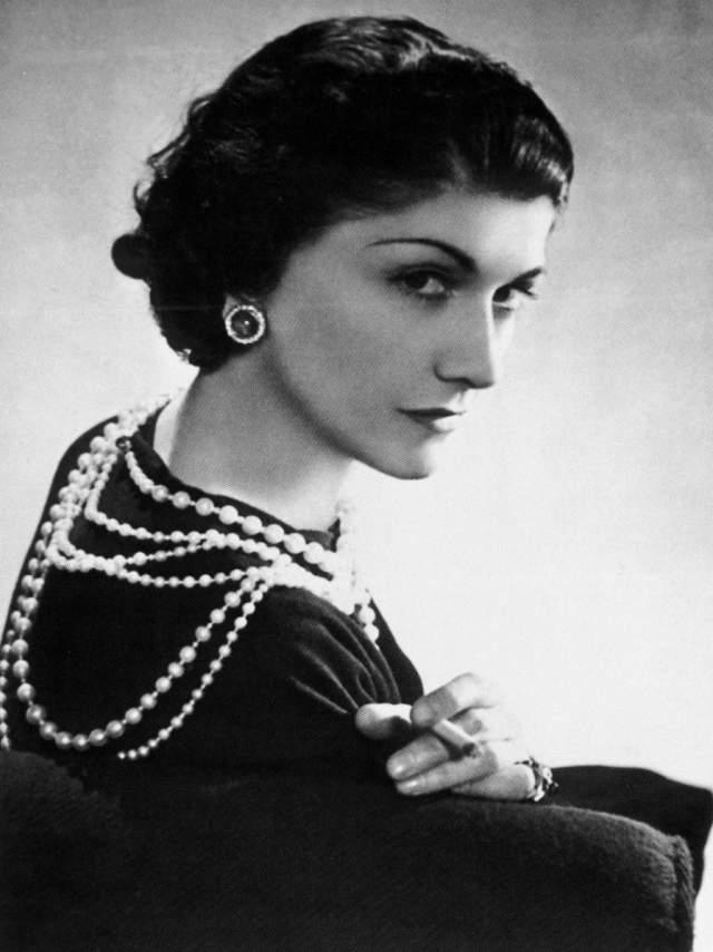 Коко Шанель. Всем знаком образ модельера в маленьком черном платье и с ниткой жемчуга на шее.