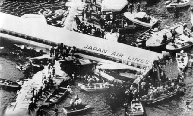 Самолет снова выровнялся, но на этот раз катастрофа была неизбежна. Правое полукрыло рейса 123 задело верхушки деревьев и оторвалось.