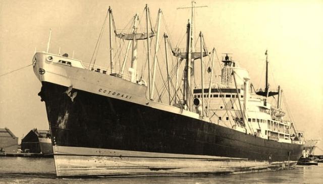 С экипажем связаться не удалось, поэтому были мобилизованы три патрульных катера для перехвата таинственного судна.