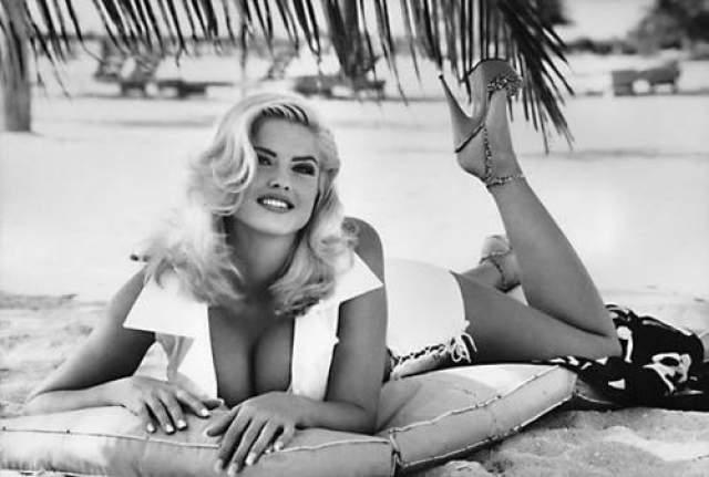 """Ныне покойная модель, подражающая образу Мэрилин Монро, стала девушкой """"Playboy"""" в 1993 году. Однако на первых страницах таблоидов она показалась после брака с 89-летним миллиардером."""