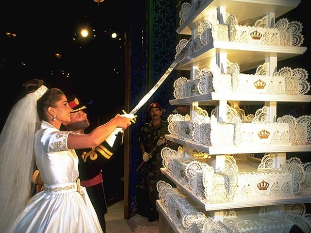 Их многоуровневый свадебный торт, который они разрезали мечом, напоминал своими прямоугольными возвышающимися слоями апартаменты в стиле лофт.