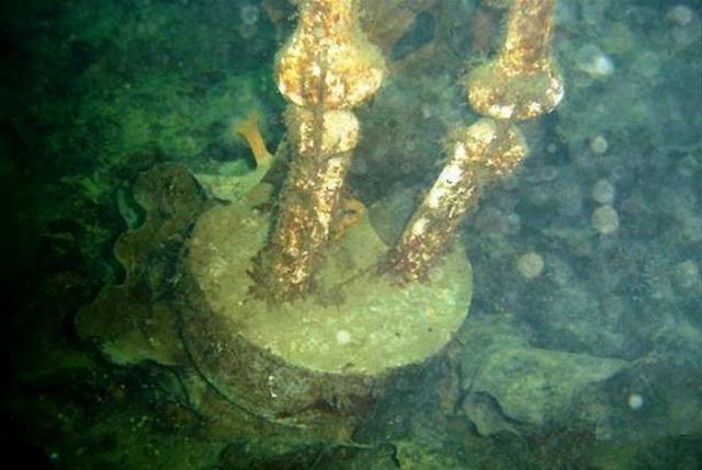 Цементные ботинки. Современный способ мучительной казни был придуман американской мафией. Они помещали ноги жертвы в тазик, который заливали цементом. После того, как цемент засыхал, жертву живой бросали в реку.