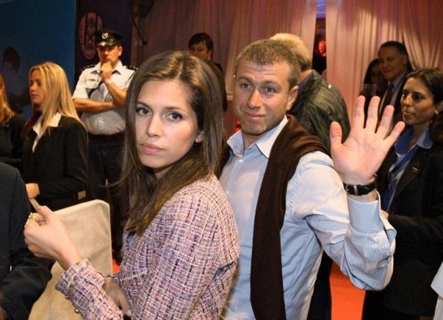 Бывшая же жена Романа Аркадьевича, стюардесса Ирина, несомненно пострадала в данной ситуации, но она получила неплохие отступные в виде 230 миллионов евро и некой недвижимости в Лондоне.