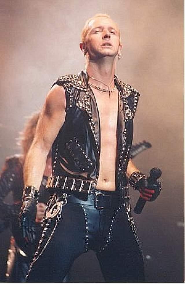 Роб Хэлфорд. Солист метал-группы Judas Priest, определившей звучание хэви-метала в 1970-е, один из самых крутых исполнителей в тяжелом роке и металле, - кто бы мог подумать, что ему нравятся мужчины?