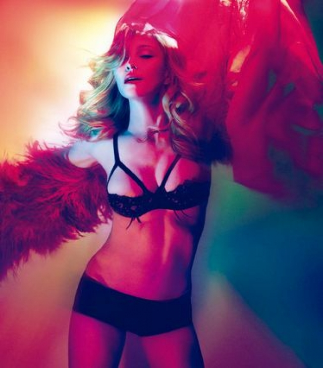 Поп-дива поразила фанатов сексапильным внешним видом, а альбом MDNA был продан тиражом более чем в 1,5 млн экземпляров.