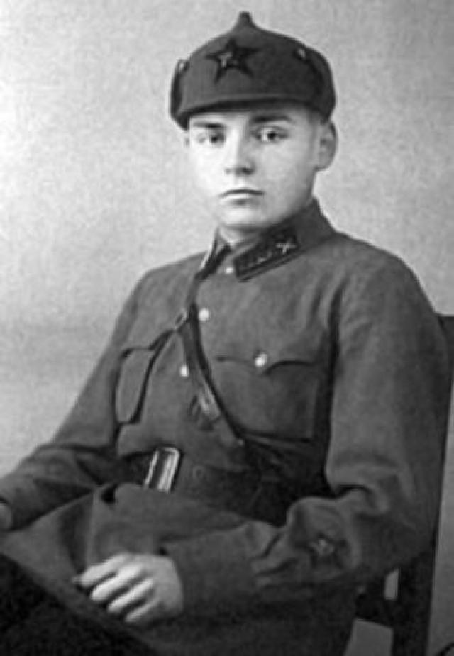 С юности Артем посвятил себя военному делу. Впервые участвовал в боевых действиях 26 июня 1941 года. Летом того же года попал в немецкий плен, откуда бежал из-под расстрела. После этого находился в партизанском отряде. Войну закончил 12 мая 1945 года подполковником и кавалером восьми орденов и шести медалей.