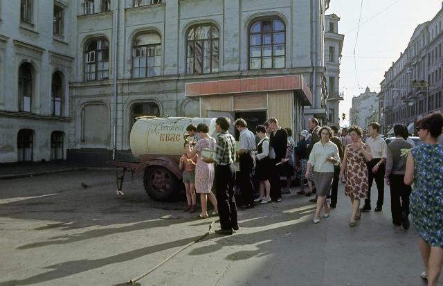 Бочка с квасом на московской улочке.
