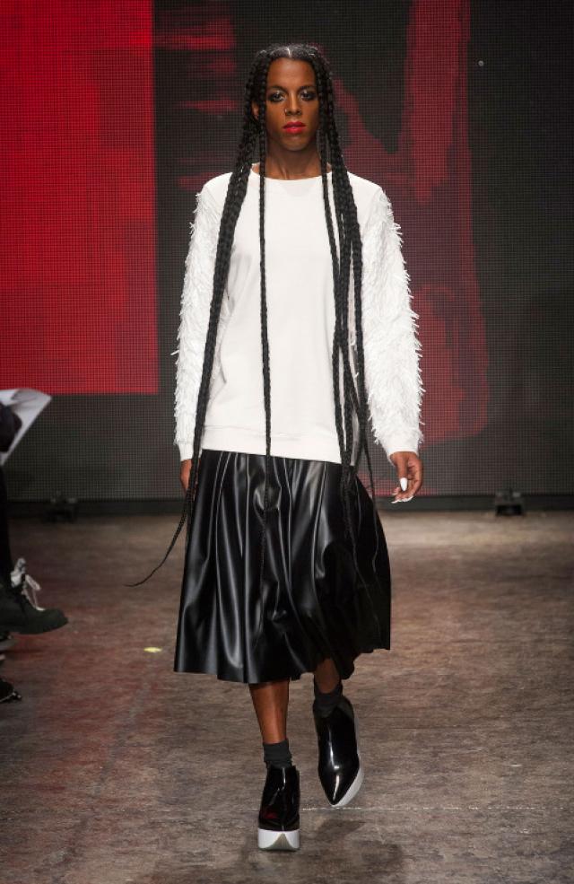 Однако это не помешало ей сменить пол, стать популярной моделью и участвовать в выставках и показах DKNY, Hood by Air, а также писать стихи – в общем, раскручивать себя, как только возможно.