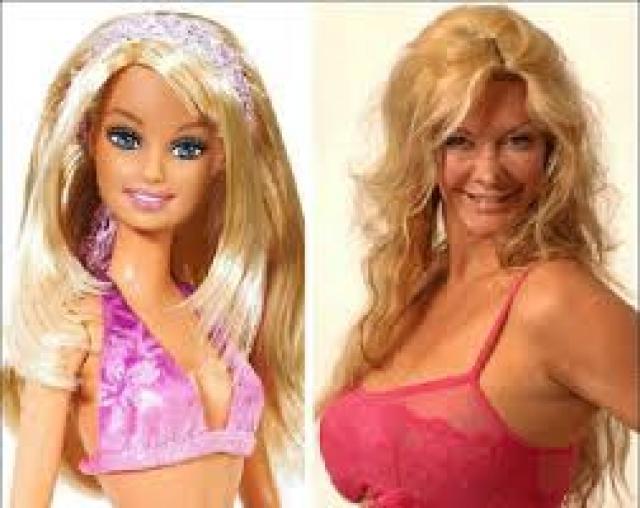 Сара Бург - кукла Барби. 50-летняя англичанка, мать 3-х детей, с юных лет она хотела быть похожей на знаменитую куклу.