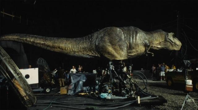 Многие динозавры весили 5 тонн и представляли реальную угрозу тому, кто мог оказаться в опасной близости к их голове во время резких движений, имитирующих атаку.