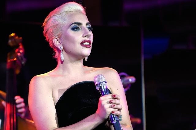 Леди Гага. Певица активно использует самые невероятные виды макияжа на сцене.