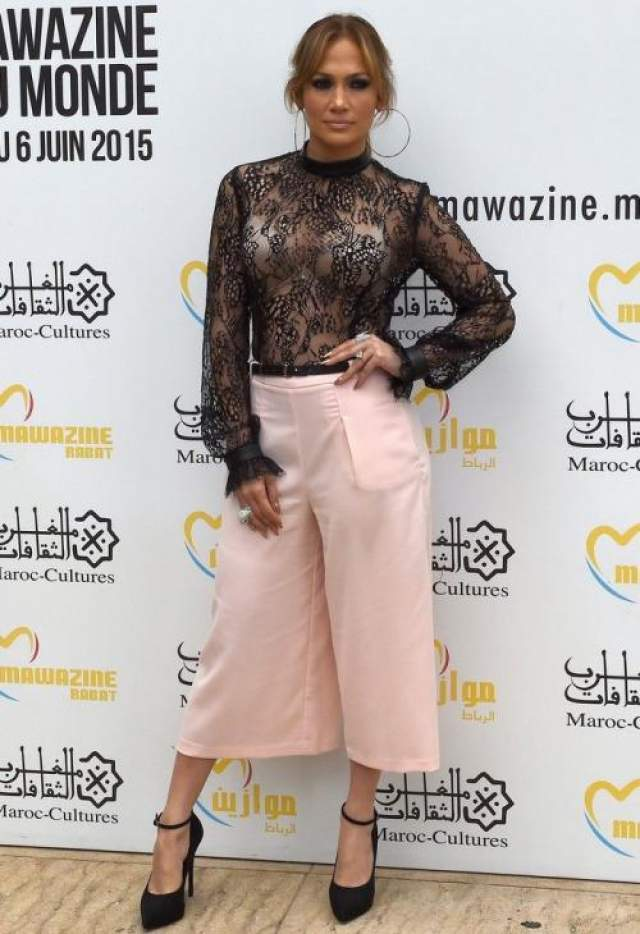 Стилисты знойной дивы Дженнифер Лопез (49) попытались сочетать в ее облике несочетаемое - полупрозрачный топ и розовые короткие штанишки марки Forever 21, но даже их шикарная подопечная выглядела смешно в таком привальном наряде.