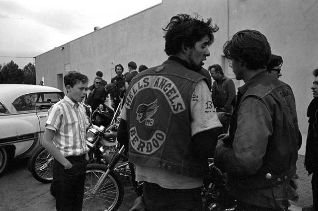"""Они полагают, что родина их предала и бросила на произвол судьбы. Им не оставалось ничего иного, как пойти против своей """"жестокой страны, сесть на мотоциклы, объединяться в мотоклубы и бунтовать""""."""