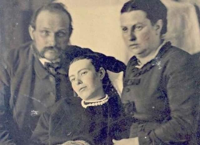 Семейное фото. Казалось бы, в фото Викторианской эпохи, на котором запечатлены отец и мать с дочерью, нет ничего странного. Единственная особенность: девушка получилась на снимке очень четко, а ее родители смазано. Догадываетесь, почему? Перед нами одна из популярных в те времена посмертных фотографий, а девушка, запечатленная на ней, умерла незадолго до этого от тифа.