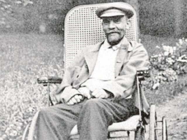 15 мая 1923 года из-за болезни он переехал в подмосковное имение Горки. С 12 марта 1923 года ежедневно публиковались бюллетени о здоровье Ленина.