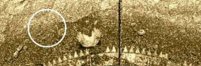 """Объект """"скорпион"""" появился на изображении примерно на 90-й минуте после посадки аппарата. На последующих изображениях он отсутствует."""