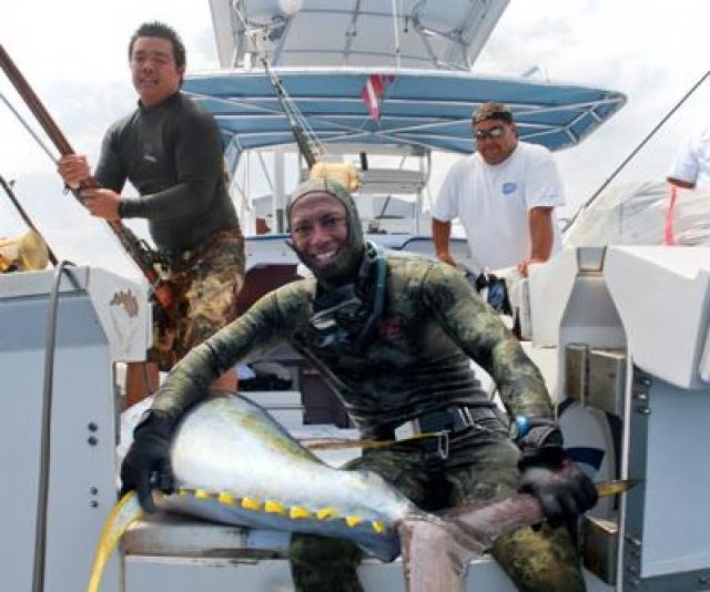 Звезда гольфа и желтых страниц Тайгер Вуд з занимается подводной рыбалкой.