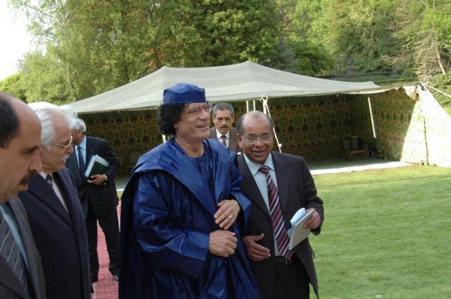 Также Каддафи во все заграничные поездки возил с собой бедуинский шатер, в котором и жил на всем протяжении визита в другую страну, в нем же он принимал иностранных гостей.
