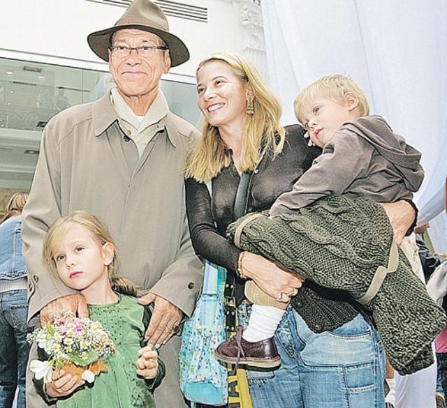 В 1999 году Юлия родила дочь Машу (которая сейчас переживает страшные последствия автокатастрофы), а в 2003 году - сына Петю. Молодому отцу на тот момент было 65 лет (Юлии - 29). Петр стал седьмым ребенком режиссера.