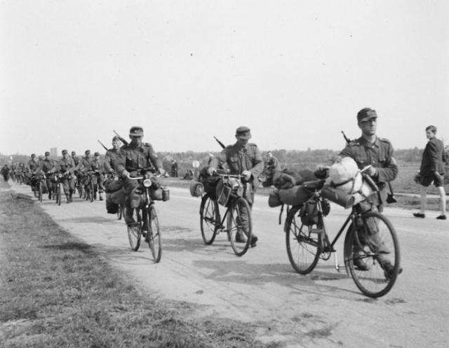 Немецкое подразделение на велосипедах выдвигается к месту капитуляции.