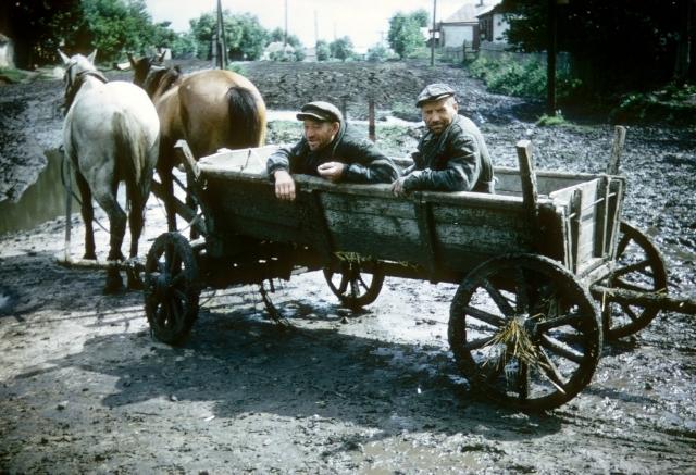 Джон Шульц сфотографировал деревенских мужиков.