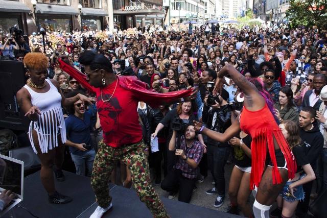 25 сентября 2013 года в Нью-Йорке 358 человек собрались, чтобы потверковать в едином порыве и установить новый мировой рекорд.