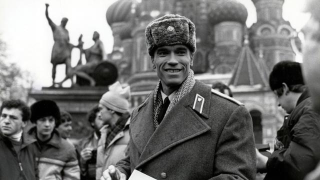 """Арнольд Шварценеггер , 1988. Кумир молодежи прилетел в Советский Союз в феврале 1988 года всего на три дня – на съемки московских эпизодов фильма """"Красная жара""""."""