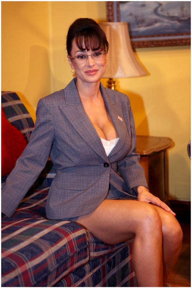 """Фильм был снят аккурат в разгар президентских выборов США 2008 года.Лиза Энн, исполнившая в фильме заглавную роль """"развратной губернаторши"""", на утро после премьеры проснулась настоящей знаменитостью."""