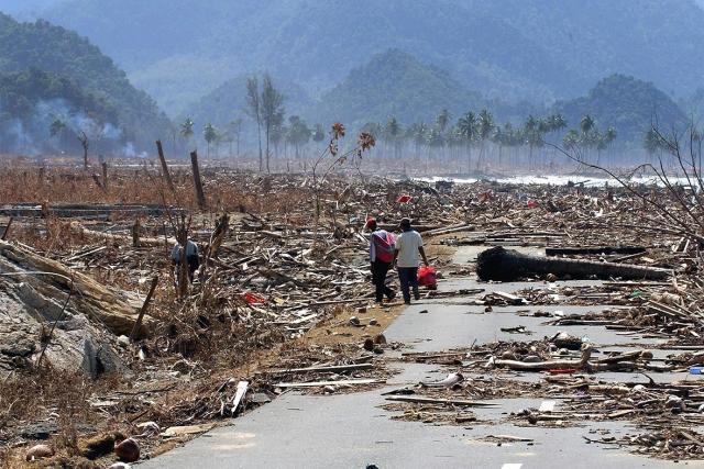 Американка Файе Вахс вместе с мужем занимались дайвингом недалеко от тайского острова Пхи-Пхи, когда началось цунами. В то время как волна прошла над ними пара вместе с инструктором находилась на глубине. Единственное, что они смогли заметить – это резкое ухудшение видимости. Вынырнув, Файе не сразу поняла, что случилось. Вокруг неё плавали мёртвые человеческие тела и обломки домов.