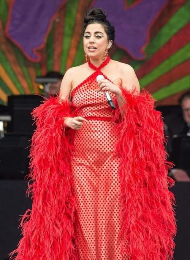 Американская поп-звезда Леди Гага (33), сменила феерические эпатажные наряды, вроде мясного платья, на костюмы певиц заштатного кабаре.