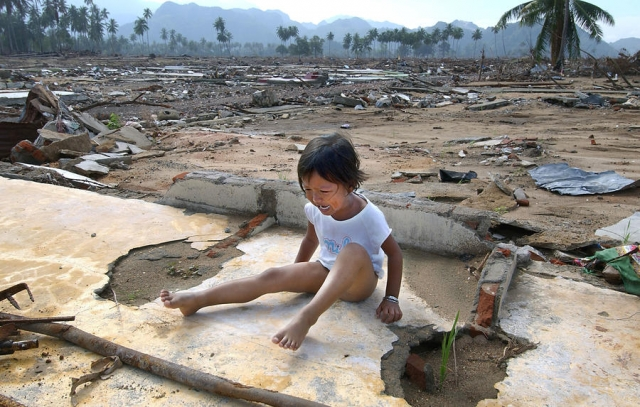 Вати было всего 8 лет, когда на следующий день после Рождества 2004 года огромное цунами унесло её прочь с индонезийского острова Суматра. После месяцев безуспешных поисков родители и родственники думали, что они больше никогда не увидят Вати. Однако спустя 7 лет девочка нашлась. Как оказалось, цунами унесло её в соседний город Меулабох.