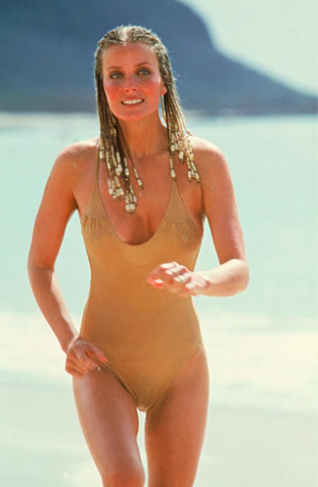 Бо Дерек / «10» Всего одна сцена в не слишком примечательном фильме сделала актрису Бо Дерек знаменитостью. В легендарном эпизоде Бо лишь пробежалась по пляжу в золотом бикини, а женщины всего мира уже ринулось в магазины, чтобы отыскать себе похожий комплект. Бо ввела и моду на купальники телесного цвета.