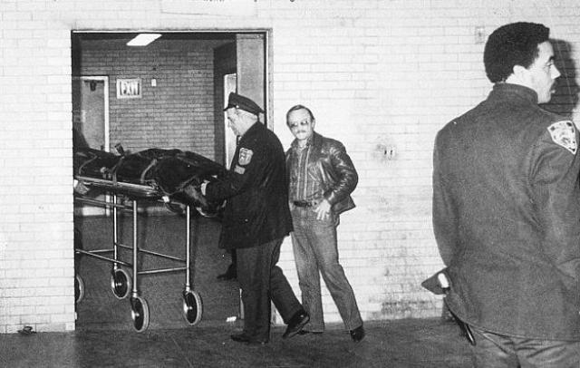"""Полицейской машиной, вызванной привратником """"Дакоты"""", Леннон буквально за несколько минут был доставлен в госпиталь Рузвельта. Но попытки врачей спасти Леннона были тщетны - из-за большой кровопотери он скончался, официальное время смерти 23 часа 15 минут."""