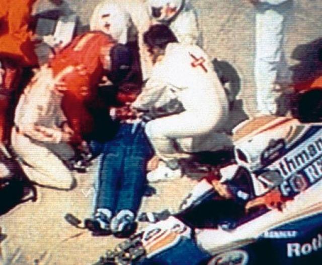 У Сенны раздроблен череп, а из-под шлема, не переставая, сочится кровь. Консилиум врачей понимает: пилота уже не спасти.