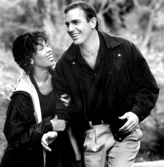 """Но Кевин Костнер не сдался, ведь в образе Рейчел Меррон он видел исключительно Хьюстон. Кевин пообещал ей две вещи: """"Я буду там с ней и это не станет неудачей, потому что я не допускаю провалов вокруг себя""""."""