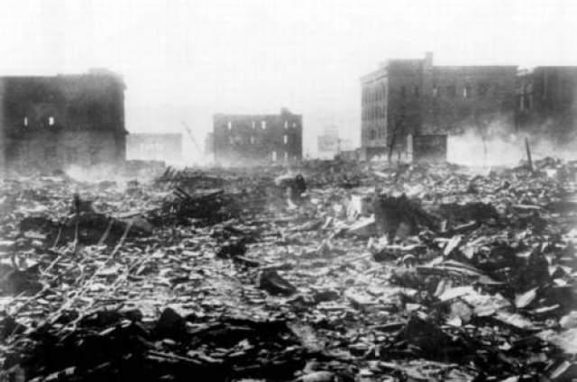 Многочисленные небольшие пожары, которые одновременно возникли в городе, вскоре объединились в один большой огненный смерч, создавший сильный ветер (скоростью 50-60 км/час) направленный к центру огня.