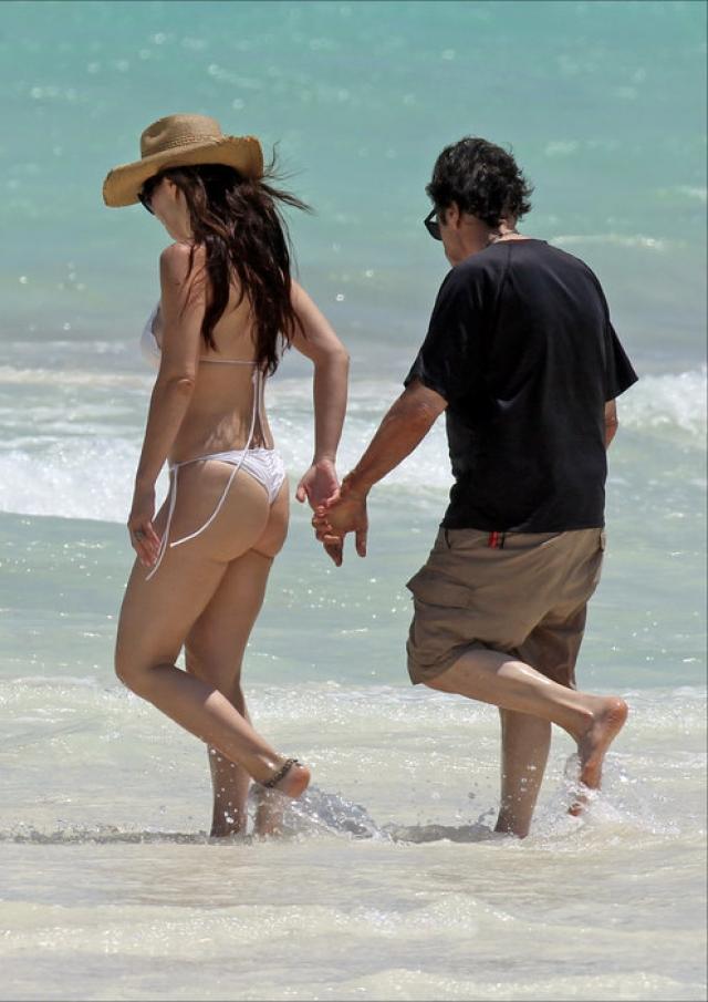 Папарацци частенько удается заснять влюбленную пару во время романтического отдыха, при этом снимки подтверждают искренность чувств и мачо в годах и его возлюбленной.