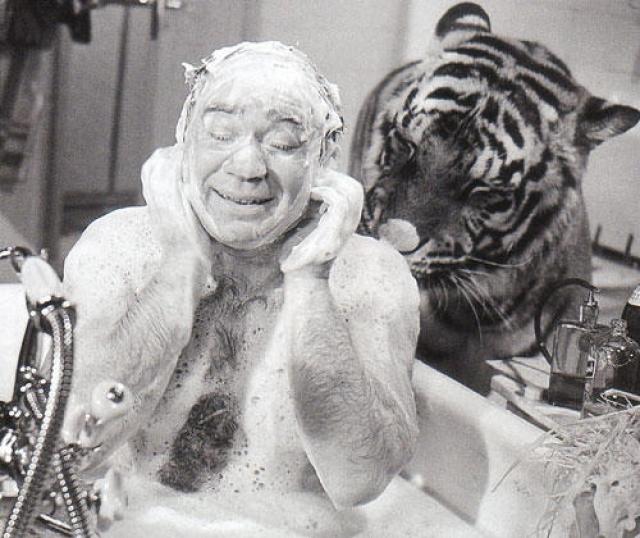 """На съемках того же """"Полосатого рейса"""" сцену в ванне актер согласился снимать только за стеклом, объясняя это тем, что """"у меня теперь маленький ребенок""""."""