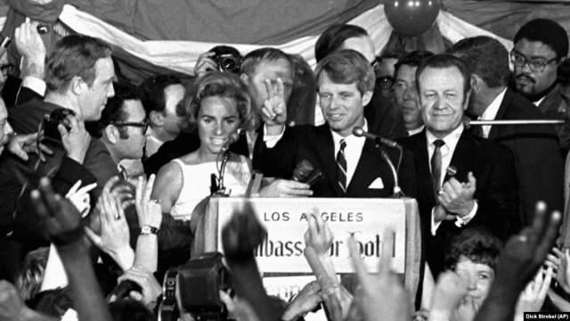 """4 июня 1968 года в Калифорнии и Южной Дакоте состоялись праймериз, на которых Роберт Кеннеди одержал победу. В ночь с 4 на 5 июня сенатор Роберт Кеннеди находился в самом роскошном отеле Лос- Анджелеса """"Амбассадор"""", основанном язе в 1921 году и известным тем, что именно здесь проводилась церемония кинопремии """"Оскар""""."""