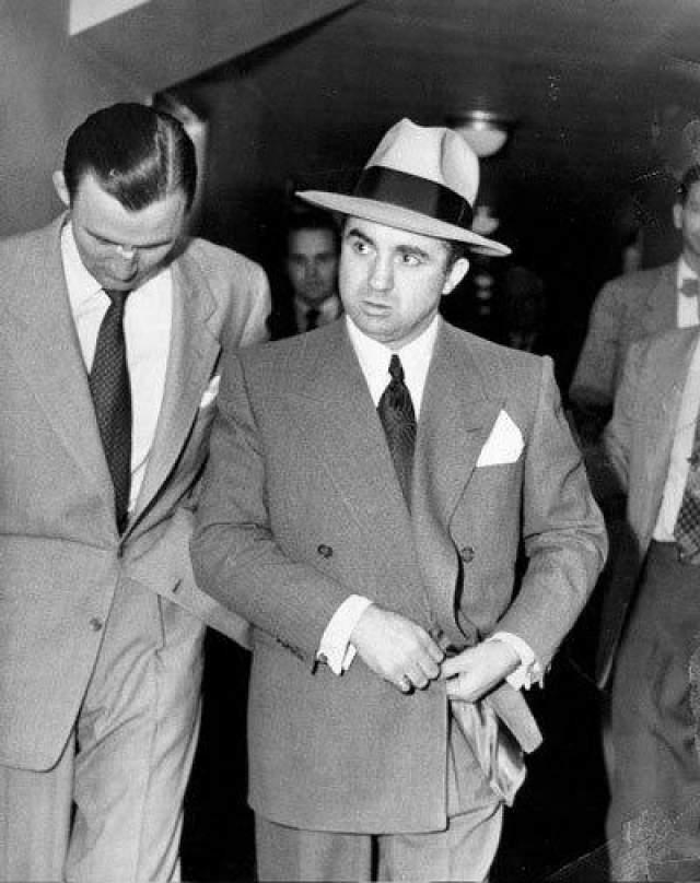 После нескольких успешных лет в эпоху сухого закона Коэна отправили в Лос-Анджелес под покровительство знаменитого гангстера из Лас-Вегас Багси Сигела. Убийство Сигела задело чувствительного Коэна за живое, и полиция начала замечать жестокого и вспыльчивого бандита. После нескольких попыток покушения на него Коэн превратил свой дом в крепость, установив системы сигнализации, прожекторы и пуленепробиваемые ворота, а также наняв телохранителем Джонни Стомпанато, который тогда встречался с голливудской актрисой Леной Тернер.