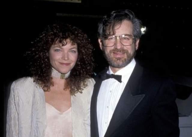 Однако эксперимент с женитьбой оказался неудачным. Несмотря на рождение сына, через 3,5 года брак дал трещину, и пара окончательно рассталась. Развод режиссера и актрисы в прессе назвали самым дорогим в истории Голливуда на тот момент: Стивену Спилбергу пришлось выплатить супруге 100 миллионов долларов.