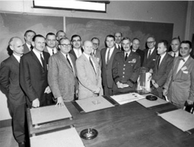 """Опасаясь, что передача под советский контроль могла бы означать, что Советский Союз получит все разработки, США предприняли """"операцию по эвакуации"""" научного персонала."""
