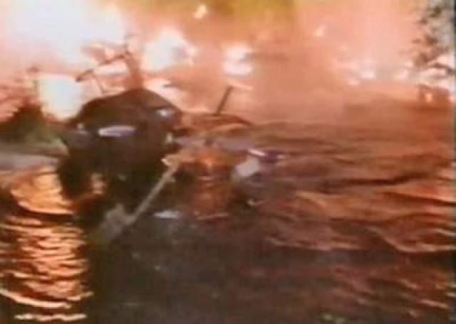 Лопастью вертолетного винта Вику Морроу и девочке Дин Ли отрубило головы, отлетевшие далеко от места аварии. Мальчик также мгновенно погиб от старейшего удара.