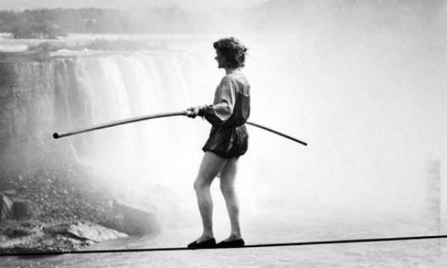 Знаменитый французский канатоходец Шарль Блонден 30 июня 1859 года смог пересечь ущелье ниже Ниагарского водопада по канату длинной в 335 м, в диаметре около 8.5 см, натянутому над водой на высоте 50 м.