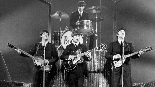 Название The Beatles было придумано, когда в группу Леннона пришли новые участники - Пол Маккартни, а после Джордж Харрисон